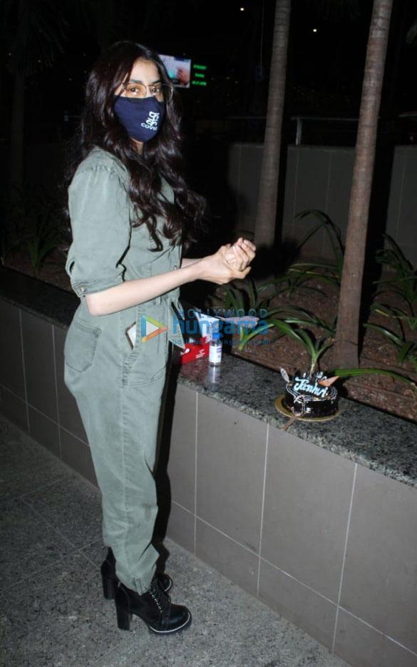Photos: जाह्नवी कपूर ने एयरपोर्ट पर सेलिब्रेट किया अपना बर्थडे