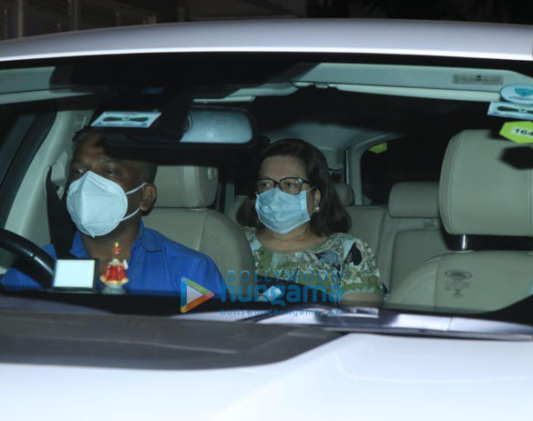 Photos: करिश्मा कपूर और बबिता कपूर बांद्रा में करीना कपूर खान के घर पर नजर आए