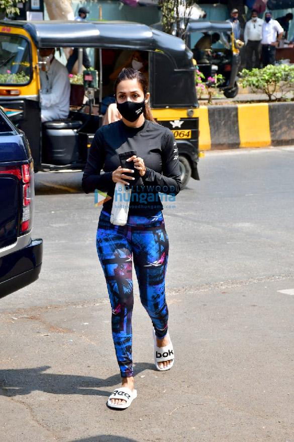 Photos: मलाइका अरोड़ा बांद्रा में दिवा योग में नजर आईं