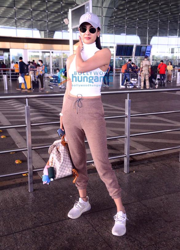 Photos: सोनल चौहान, रवीना टंडन, विकी कौशल और अन्य एयरपोर्ट पर नजर आए