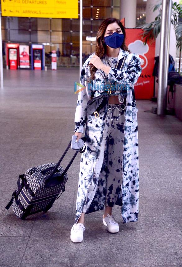 Photos: सोफी चौधरी, कनिका कपूर, रोहित रॉय और अन्य एयरपोर्ट पर नजर आए