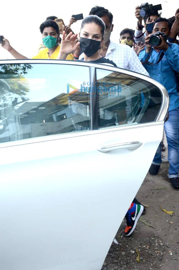 Photos: सनी लियोनी जुहू में नजर आईं