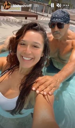 'डैडी' जैकी श्रॉफ़ के साथ कृष्णा श्रॉफ ने एंजॉय किया पूल टाइम, बिकिनी में फ़्लॉन्ट किया अपना टोंड फ़िगर