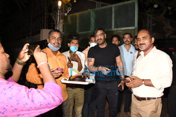Photos: अजय देवगन ने फ़ैंस के साथ जन्मदिन का केक काटा