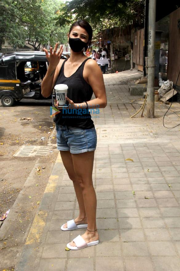 Photos: डेजी शाह खार के एक कैफे में नजर आईं