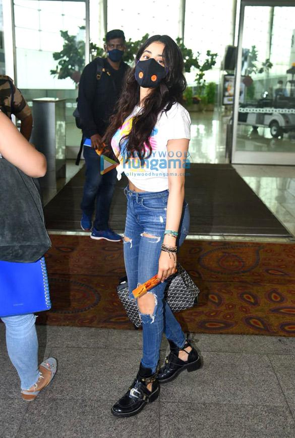Photos: जाह्नवी कपूर, गोविंदा और उनकी पत्नी सुनीता एयरपोर्ट पर नजर आए