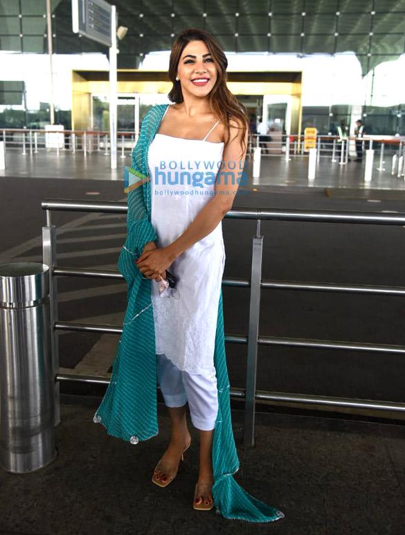 Photos: कृति सैनॉन और निक्की तम्बोली एयरपोर्ट पर नजर आईं
