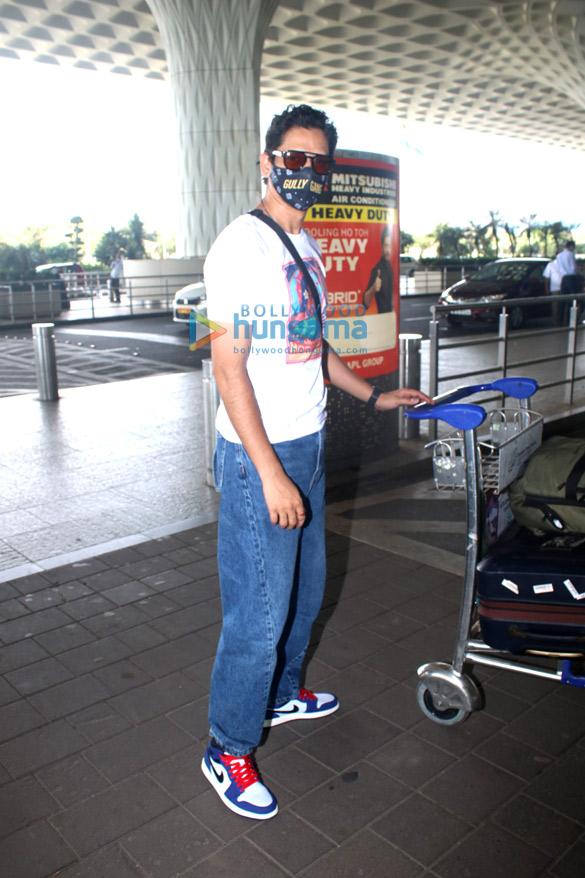 Photos: तारा सुतारिया, अर्जुन कपूर, राय लक्ष्मी और अन्य एयरपोर्ट पर नजर आईं