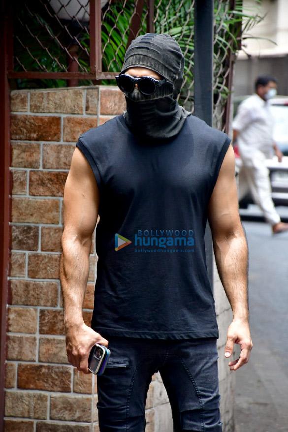 Photos: रणवीर सिंह बांद्रा के एक डबिंग स्टूडियो में नजर आए