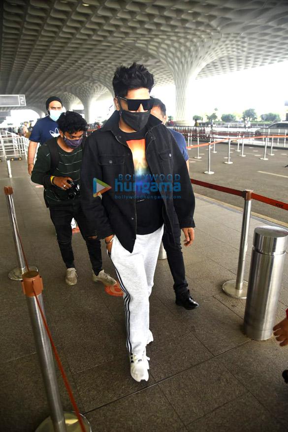Photos: तमन्ना भाटिया, हिना खान, टीना दत्ता और अन्य एयरपोर्ट पर नजर आए