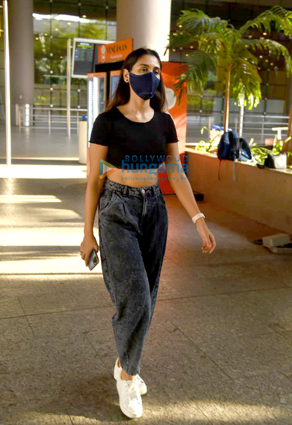 Photos: अभिनेत्री निकिता दत्ता एयरपोर्ट पर नजर आईं