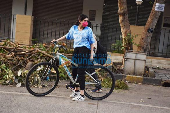 Photos: जाह्नवी कपूर और खुशी कपूर लोखंडवाला में साइकिल चलाते हुए नजर आईं