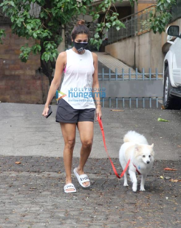 Photos: मलाइका अरोड़ा और आयशा शर्मा बांद्रा में नजर आईं