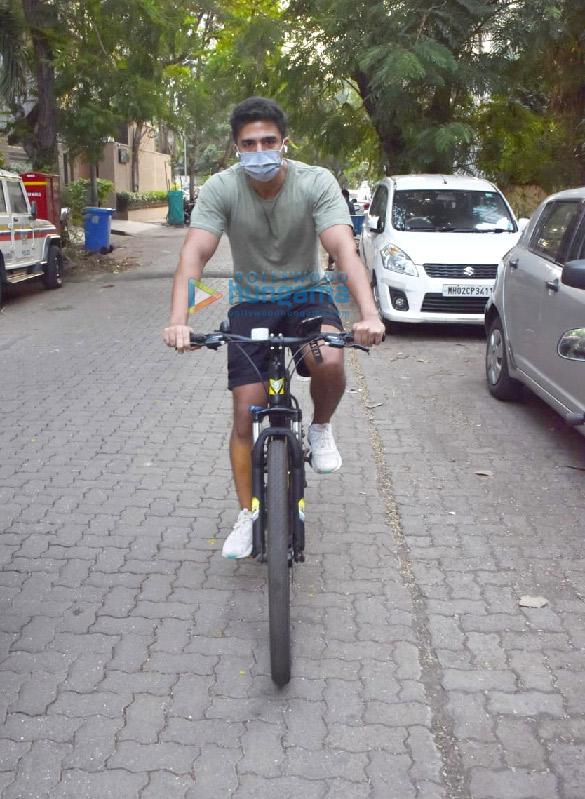 Photos: साकिब सलीम जुहू में साइकिल चलाते हुए नजर आए