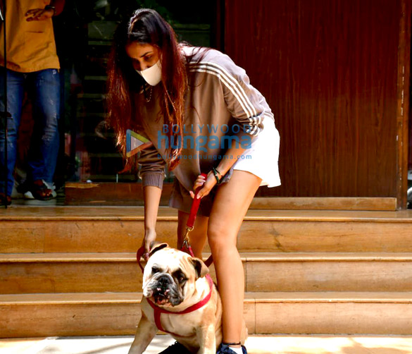 Photos: सोनाली सहगल खार में अपने डॉगी के साथ एक क्लीनिक में नजर आईं