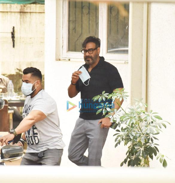 Photos: अजय देवगन जुहू के एक डबिंग स्टूडियो में नजर आए