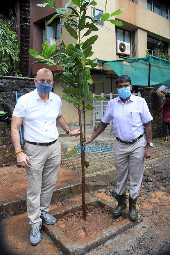 Photos: अनुपम खेर बीएमसी के 'Be A Tree Parent' मेगा वृक्ष अभियान कार्यक्रम में नजर आए