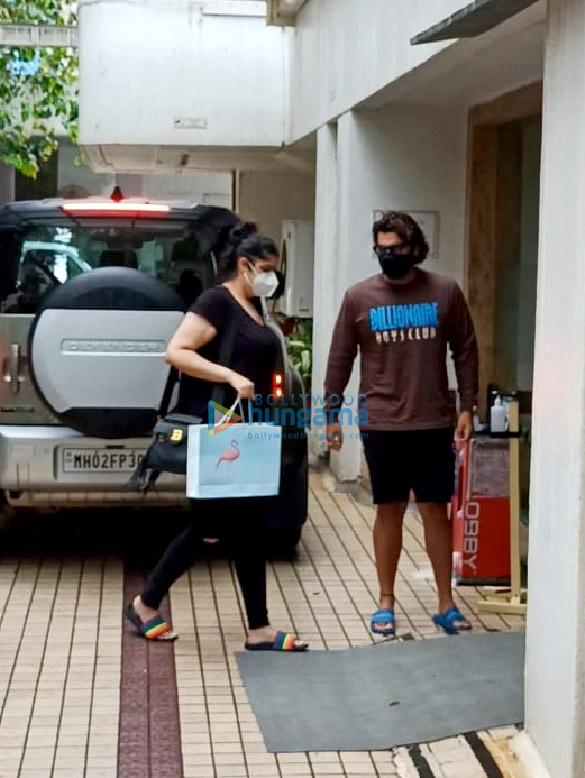 Photos: अर्जुन कपूर हिंदुजा अस्पताल में अपनी बहन के साथ नजर आए