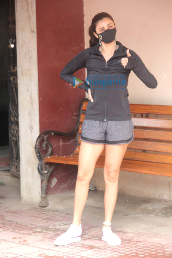 Photos: डेजी शाह सांताक्रूज में pilates स्टूडियो में नजर आईं