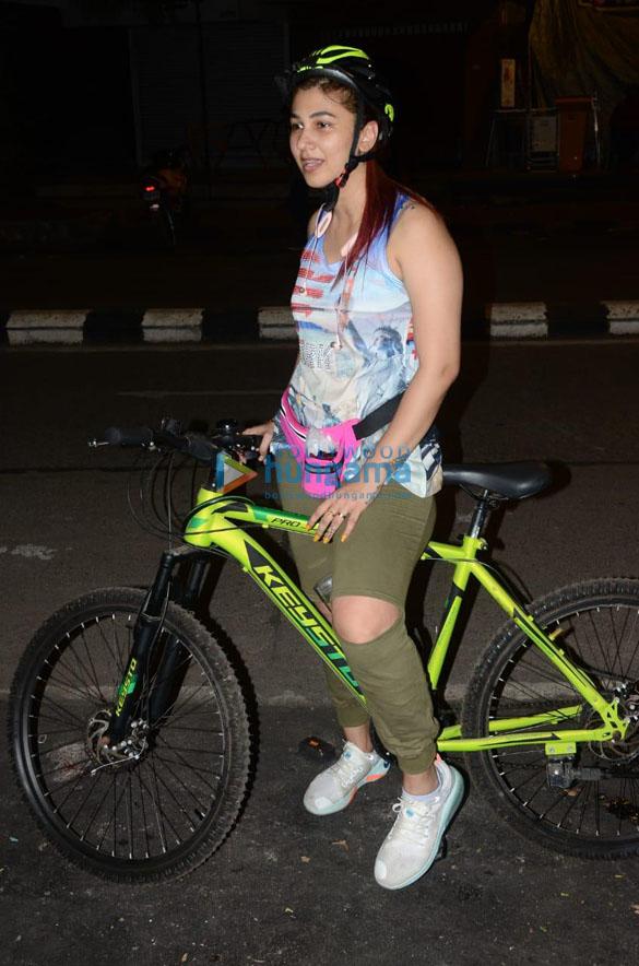 Photos: जसलीन मथारू लोखंडवाला में साइकिल चलाते हुए नजर आईं