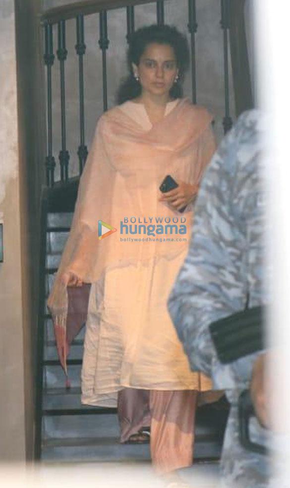 Photos:  कंगना रनौत बांद्रा में नजर आईं