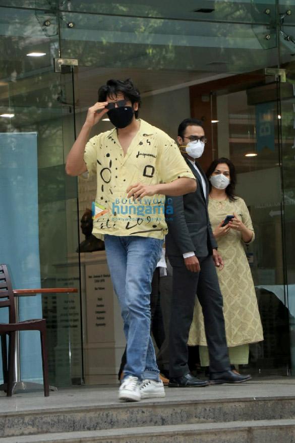 Photos: कार्तिक आर्यन और श्रद्धा दास हिंदुजा अस्पताल में नजर आए
