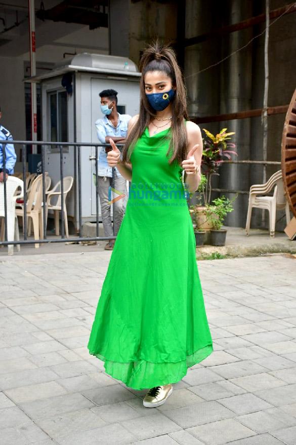 Photos: लक्ष्मी राय दादर के टीकाकरण केंद्र में नजर आईं