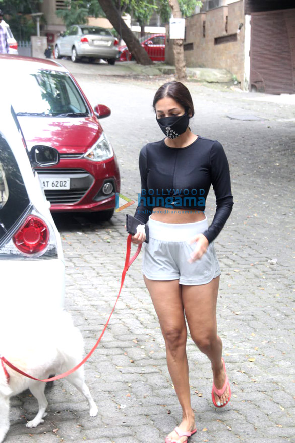Photos: मलाइका अरोड़ा और सोफी चौधरी बांद्रा में नजर आईं