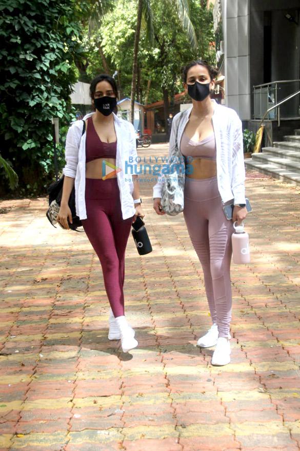 Photos: नेहा शर्मा और आयशा शर्मा जिम के बाहर नजर आईं