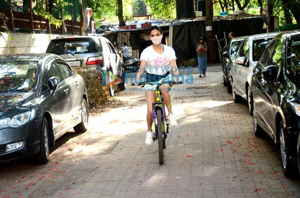 Photos: सोनल चौहान वर्सोवा में साइकिल चलाती नजर आईं