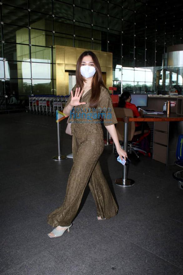Photos: तमन्ना भाटिया और सोनल चौहान एयरपोर्ट पर नजर आईं