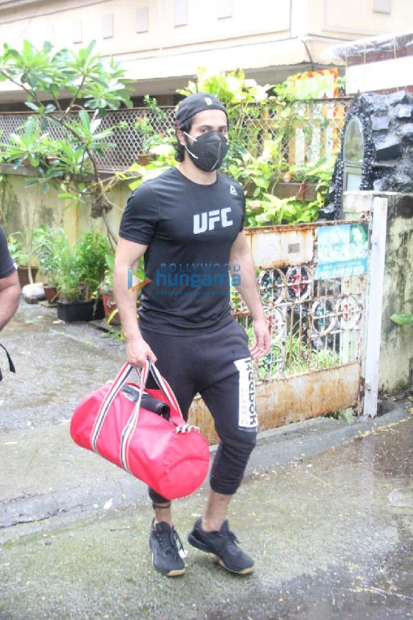 Photos: वरुण धवन बांद्रा में नजर आए
