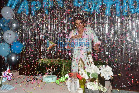 Photos: कृति सेनन ने सोमवार को मैडॉक ऑफ़िस में मिमी की स्पेशल स्क्रीनिंग होस्ट कर सेलिब्रेट किया अपना बर्थडे