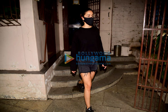 Photos: आलिया भट्ट ओल्ड धर्मा ऑफिस में नजर आईं