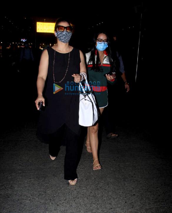 Photos: काजोल और न्यासा देवगन एयरपोर्ट पर नजर आईं