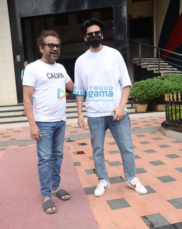 Photos: कार्तिक आर्यन और अनीस बज्मी लोखंडवाला में नजर आए