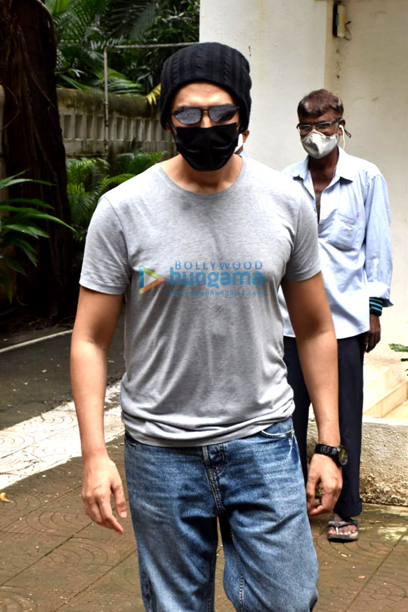 Photos: जुहू में लुक टेस्ट के लिए नजर आए कार्तिक आर्यन