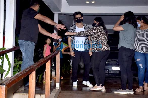 Photos: कार्तिक आर्यन अपने घर पर अपने प्रशंसकों के साथ नजर आए