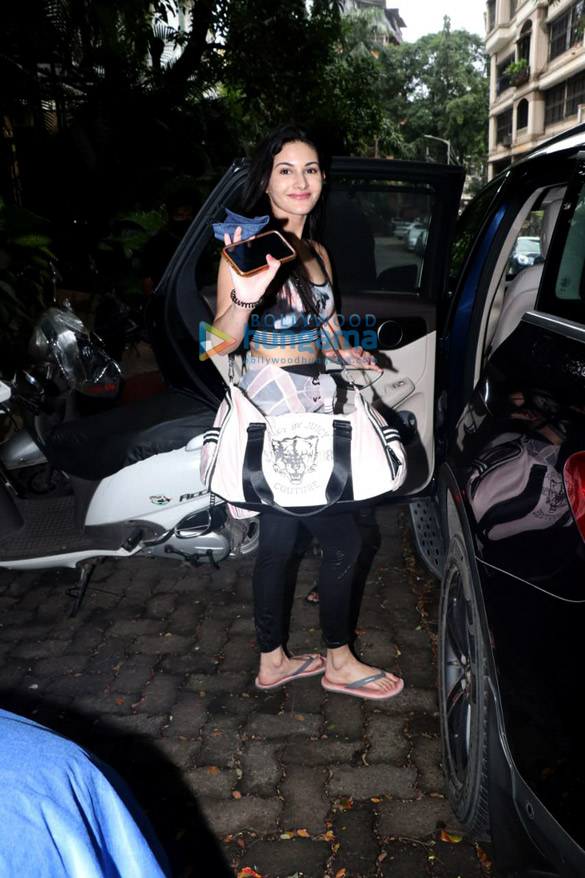 Photos: मलाइका अरोड़ा और अमायरा दस्तूर बांद्रा में नजर आईं