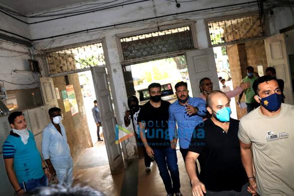 Photos: जेजे अस्पताल में मेडिकल टेस्ट के लिए कोर्ट से निकले राज कुंद्रा