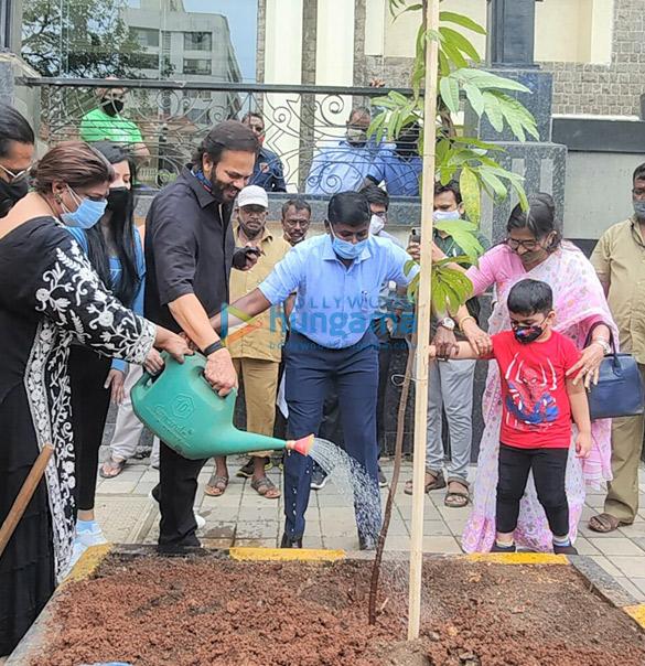 Photos: बीएमसी के बी ए ट्री पेरेंट मेगा वृक्ष अभियान में रोहित शेट्टी, निहारिका रायजादा, डॉ. अनुषा श्रीनिवासन अय्यर और विश्वास मोटे शामिल हुए