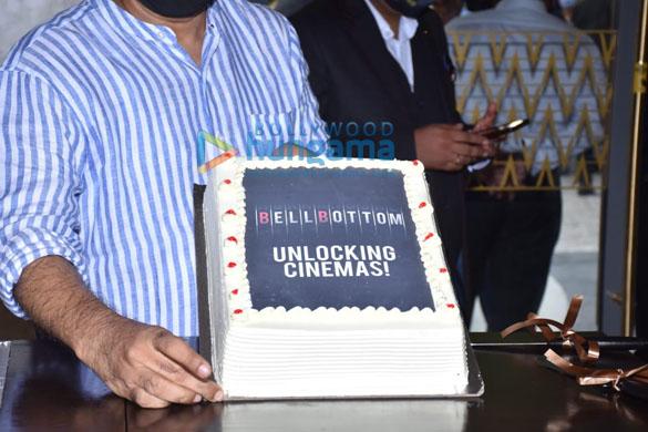 Photos: अक्षय कुमार, वाणी कपूर, लारा दत्ता और अन्य दिल्ली में केक काटने के साथ सिनेमाघरों में वापसी का जश्न मनाया