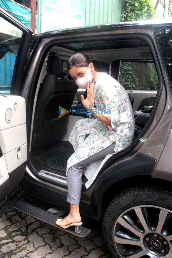 Photos: आलिया भट्ट और नीतू सिंह कृष्णा राज के बंगले में नजर आईं