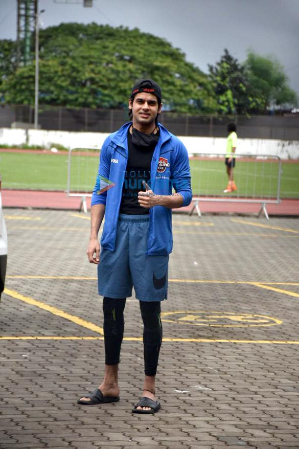 Photos: रणबीर कपूर और अन्य फुटबॉल खेलते हुए नजर आए