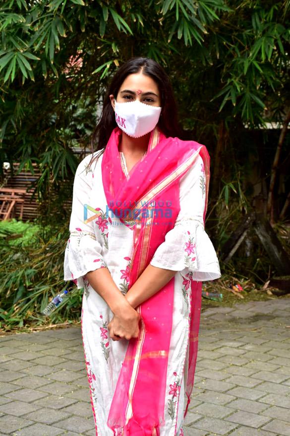 Photos: सारा अली खान जुहू में नजर आईं