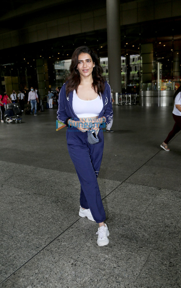 Photos: तमन्ना भाटिया, करिश्मा तन्ना और अन्य एयरपोर्ट पर नजर आईं